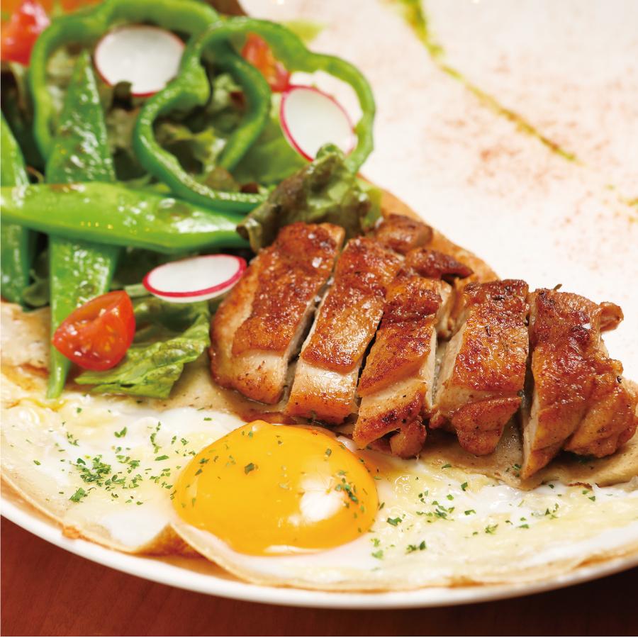 スパイシーチキンのソテー 沖縄野菜とパセリのソース