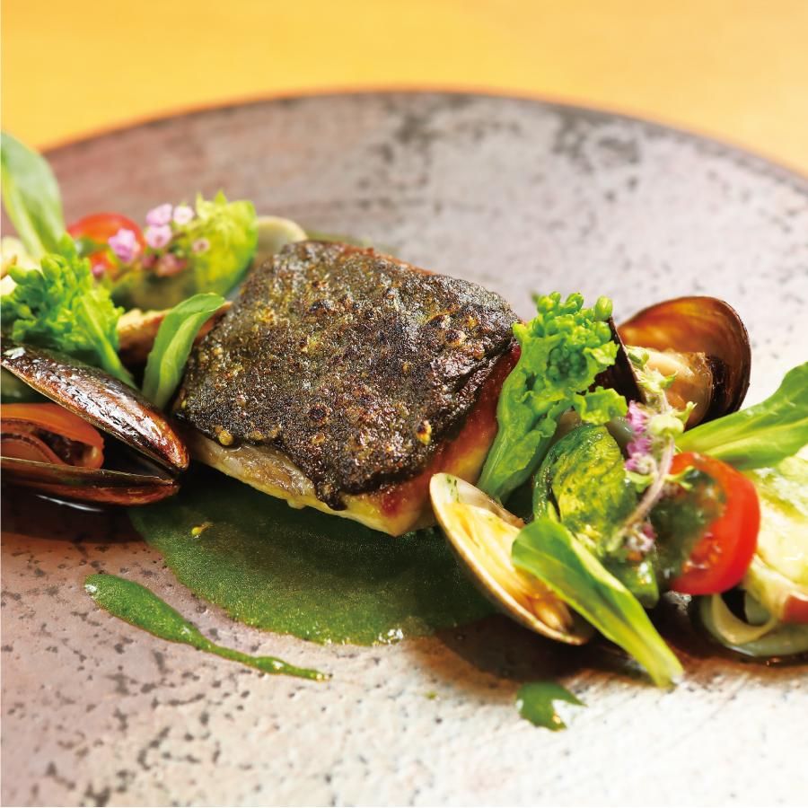 沖縄よもぎのジェノベーゼと鰆の炙り 緑のペスカトーレ仕立て