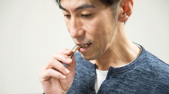 パリッと焼かれたあごをそのまま食べてみる松本シェフ。「これはうまい」と声がこぼれた。